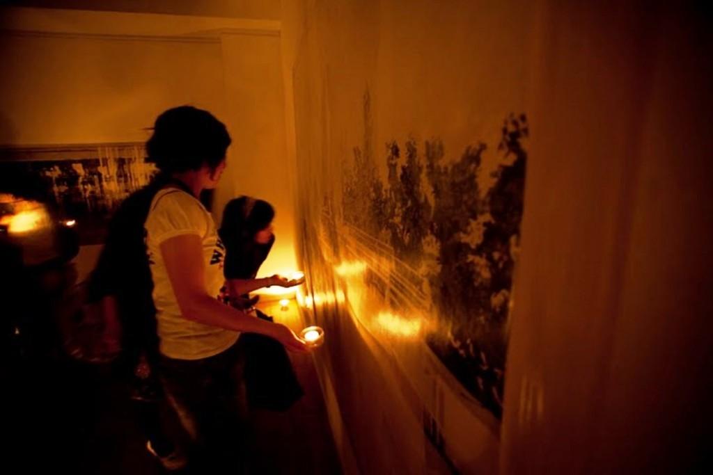 画像7 「銀座☆夜のギャラリーめぐり」ツアーではこんな感じで、キャンドルの灯りでアート作品を鑑賞します。